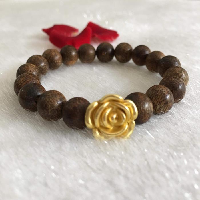 Vòng trầm hương 35 năm cho nữ 18 hạt tròn 8.8 mm phối charm hoa hồng mạ vàng