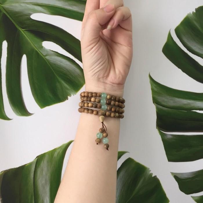 Vòng tay - chuỗi trầm hương 15 năm, cho size tay nữ (size tay 14~15,5cm), dạng hạt tròn: 108 hạt x 6.5 mm, phối đá xanh - 5