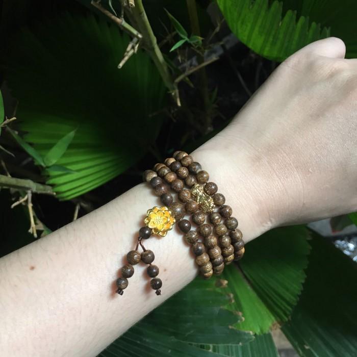 Vòng chuỗi trầm hương - Chuỗi trầm hương 35 năm, cho nữ (14 ~ 15.5 cm), dạng hạt tròn : 108 hạt x 5.8 mm, charm hoa sen + tỳ hưu vàng 24k - 4