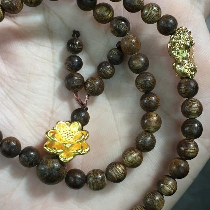 Vòng chuỗi trầm hương - Chuỗi trầm hương 35 năm, cho nữ (14 ~ 15.5 cm), dạng hạt tròn : 108 hạt x 5.8 mm, charm hoa sen + tỳ hưu vàng 24k - 7