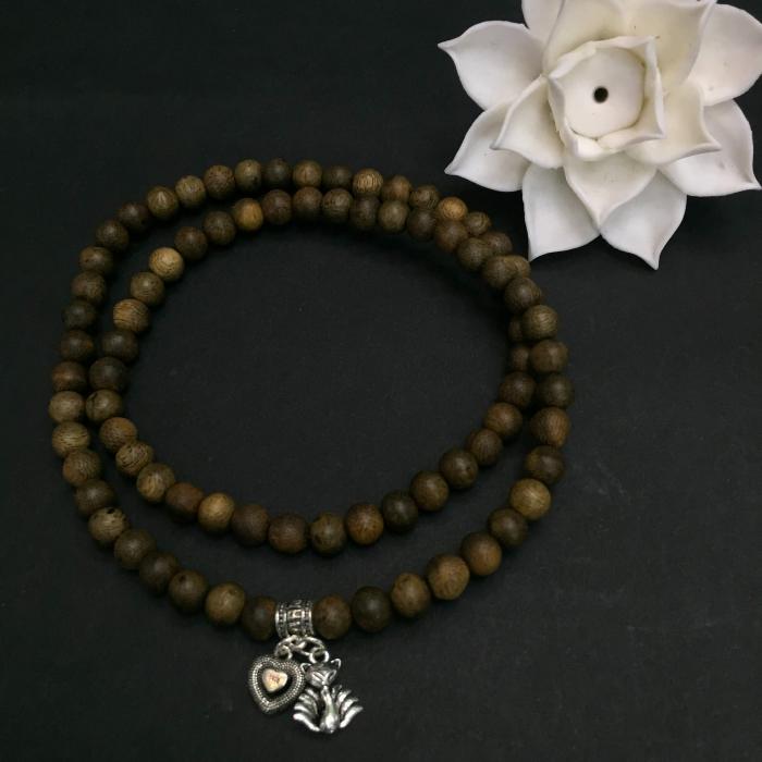 vòng trầm hương 15 năm, cho size tay nữ (size tay 14~15.5 cm), dạng hạt tròn: 81 hạt x 6 mm, charm Hồ Ly 9 Đuôi ( Bạc 925)