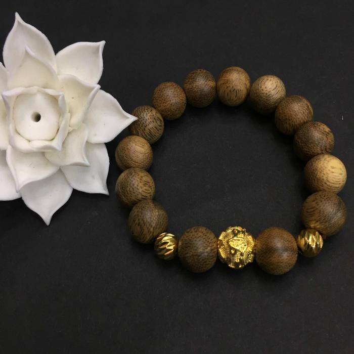vòng trầm hương 15 năm, cho nam ( size tay 16 cm ~17.5 cm), dạng hạt tròn: 14 hạt x 14 mm, charm Omani (mạ vàng)