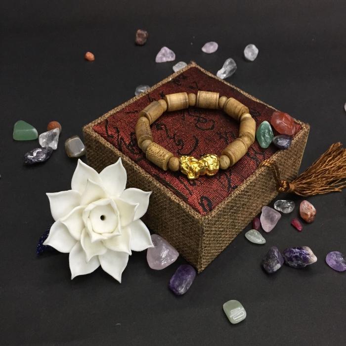 Vòng trầm hương 25 năm, cho nam ( size tay 16 cm ~17.5 cm), dạng hạt trúc: 8 cặp x 11 mm, charm tỳ hưu (mạ vàng)
