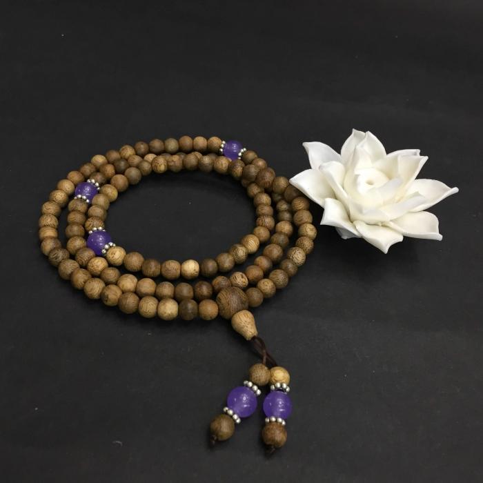 chuỗi trầm hương 15 năm, cho size tay nữ (size tay 14~15.5 cm), dạng hạt tròn: 108 hạt x 6.5 mm, phối charm đá tím