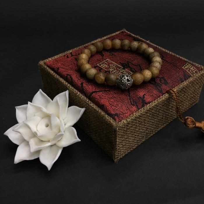 vòng trầm hương 12 năm, cho size tay nữ (size tay 14~15.5 cm),dạng hạt tròn: 21 hạt x 8 mm, charm Hoa Hướng Dương (bạc 925)