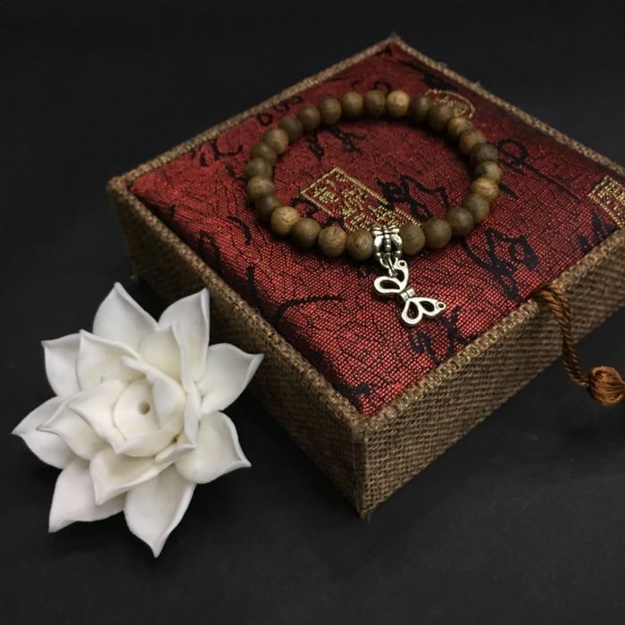vòng trầm hương 15 năm, cho size tay nữ (size tay 14~15.5 cm), dạng hạt tròn: 17 hạt x 8 mm, charm Bướm (Bạc 925)