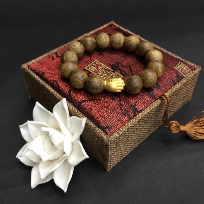 vòng trầm hương 15 năm,cho size tay nam( size tay 16 cm ~17.5 cm),dạng hạt tròn: 14 hạt x 13 mm, charm Tay Phật  (mạ vàng)