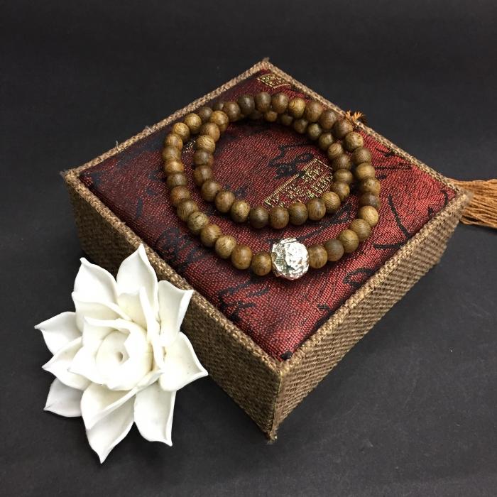 Vòng đôi trầm hương 15 năm, cho nữ (size tay 14~15.5 cm), dạng hạt tròn: 59 hạt x 6 mm , phối charm chữ OM (mạ bạc)