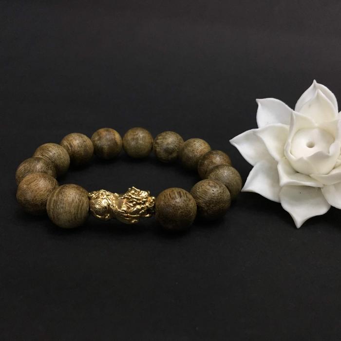 Vòng Trầm Rừng Tốc Banh Xanh, cho tay nam (17.5 cm ~ 18 cm),dạng hạt tròn: 13 hạt x 14 mm, charm Tỳ hưu vàng 24k