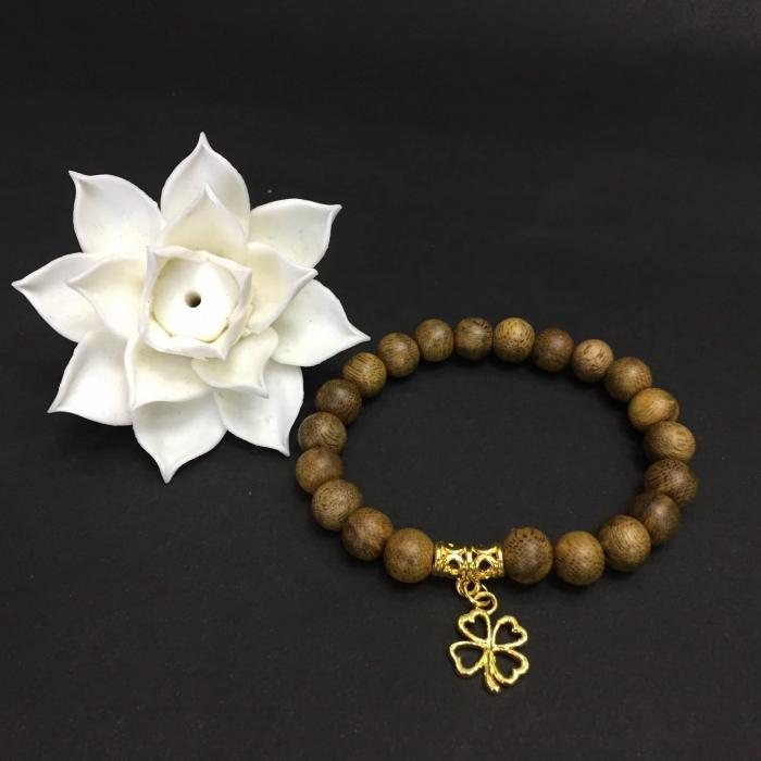 Vòng trầm hương 15 năm, cho tay nữ (size tay 14~15.5 cm),dạng hạt tròn: 21 hạt x 8mm, charm Cỏ 4 Lá may mắn (mạ vàng)
