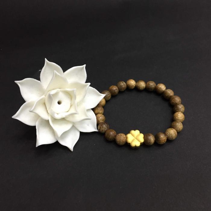 Vòng trầm hương 25 năm cho nữ (size tay 14~15.5 cm),hạt tròn 21 hạt x 8mm, charm Cỏ 4 Lá ma mắn (mạ vàng)
