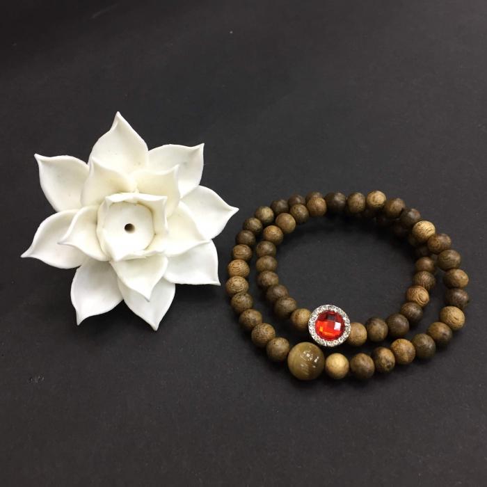 Vòng đôi trầm hương 25 năm, cho nữ mệnh Hỏa (size tay 14~15.5 cm), dạng hạt tròn: 54 hạt x 6 mm, phối charm trụ đá đỏ và đá mắt hổ