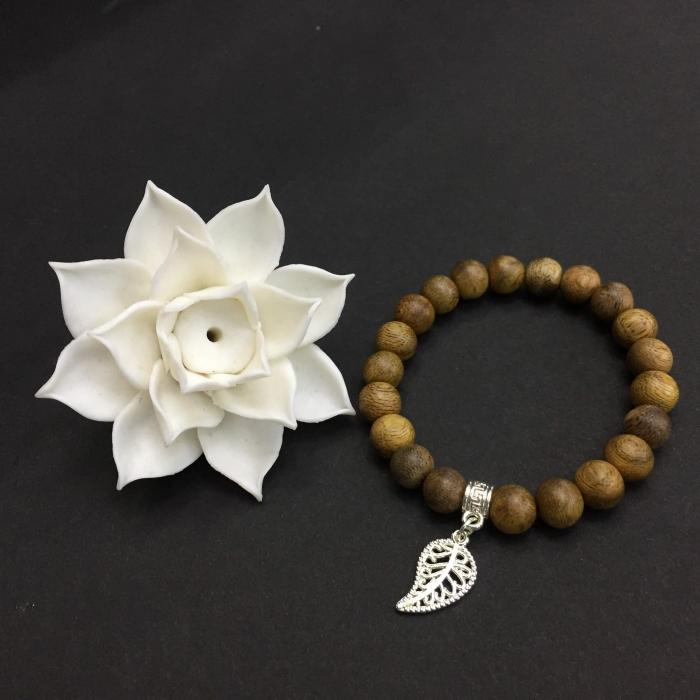Vòng trầm hương 15 năm, cho tay nữ (từ 14~ 15.5 cm), dạng hạt tròn: 21 hạt x 8mm, charm Lá Bồ Đề (mạ bạc)