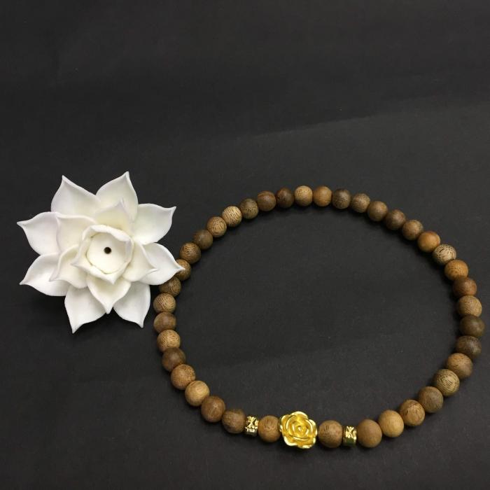 Vòng đôi trầm hương 15 năm, cho nữ mệnh Kim (size tay 14~15.5 cm), dạng hạt tròn: 39 hạt x 8 mm, phối charm Hoa Hồng (mạ vàng)