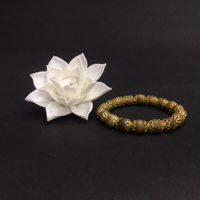 Vòng trầm hương 25 năm,cho tay nữ (size tay 14~15,5 cm), dạng hạt : 18 hạt x 7.9 mm , xen đài hoa mạ vàng