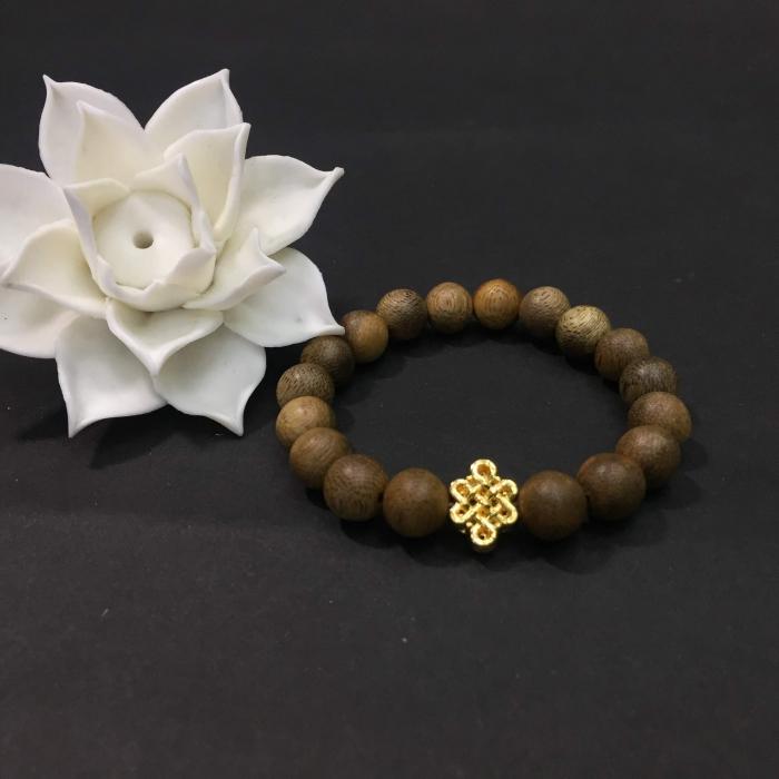 Vòng trầm hương 12 năm, cho size tay nữ (size tay 14~ 15.5 cm), dạng hạt tròn: 18 hạt x 8 mm, charm Cát Tường (mạ vàng)