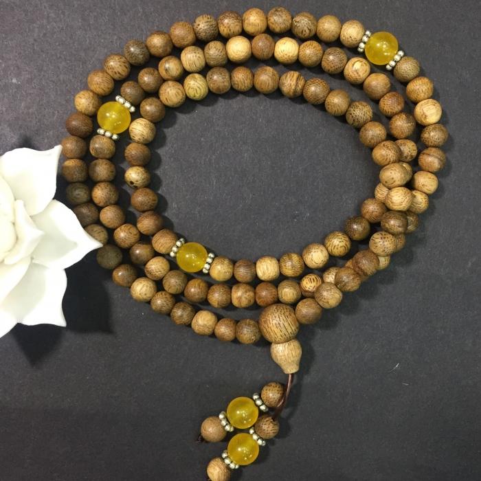 chuỗi trầm hương 12 năm, cho tay nữ (size tay 14~15.5 cm), dạng hạt tròn: 108 hạt x 6.5 mm, phối đá vàng