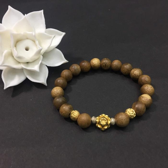 Vòng trầm hương 12 năm, cho size tay nữ (size tay 14 ~ 15.5 cm), dạng hạt tròn: 18 hạt x 8 mm, charm Hoa Sen Vàng (Bạc 925)