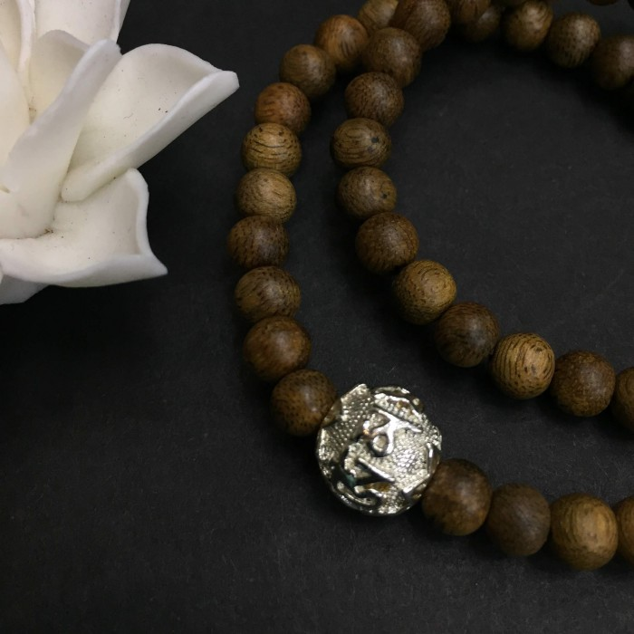 Vòng tay - Vòng đôi trầm hương 15 năm, cho nữ (size tay 14~15.5 cm), dạng hạt tròn: 59 hạt x 6 mm , phối charm chữ OM (mạ bạc) - 3