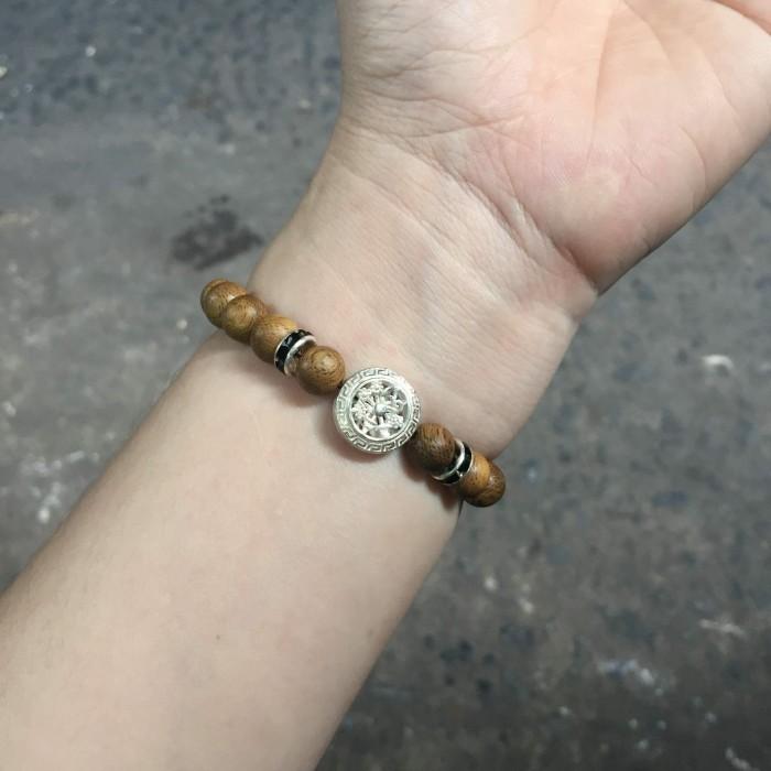 Vòng tay - vòng trầm 15 năm, cho nữ (size tay 14~15.5 cm), dạng hạt tròn: 18 hạt x 8 mm, charm Bánh Xe Pháp Luân (Bạc 925) - 9