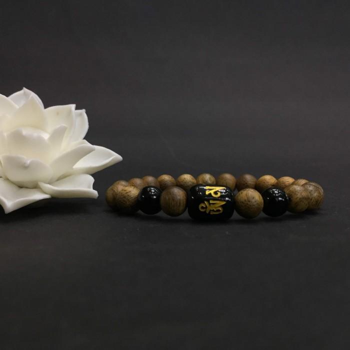 Vòng tay - vòng trầm 15 năm, cho nữ (size tay 14~15.5 cm), dạng hạt tròn: 18 hạt x 8 mm, charm trụ đá đen chữ Om - 1
