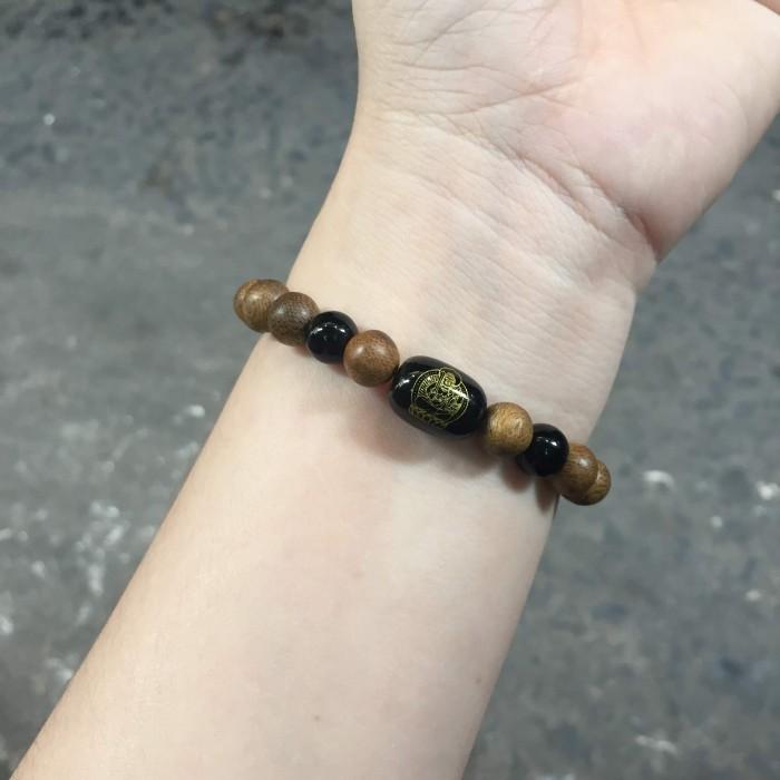 Vòng tay - vòng trầm 15 năm, cho nữ (size tay 14~15.5 cm), dạng hạt tròn: 18 hạt x 8 mm, charm trụ đá đen chữ Om - 8