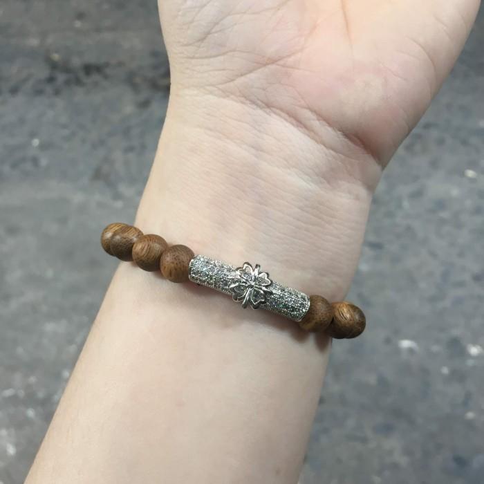 Vòng tay - vòng trầm 15 năm, cho nữ (size tay 14~15.5 cm), dạng hạt tròn: 18 hạt x 8 mm, charm trụ (mạ bạc) - 6