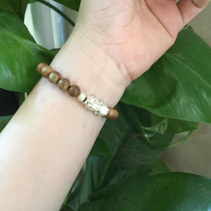 Vòng tay - vòng trầm 15 năm, cho nữ (size tay 14~15.5 cm), dạng hạt tròn: 18 hạt x 8 mm, charm tỳ hưu bạc (Bạc 925) - 6