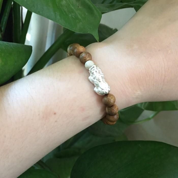 Vòng tay - vòng trầm 15 năm, cho nữ (size tay 14~15.5 cm), dạng hạt tròn: 18 hạt x 8 mm, charm tỳ hưu bạc (Bạc 925) - 8
