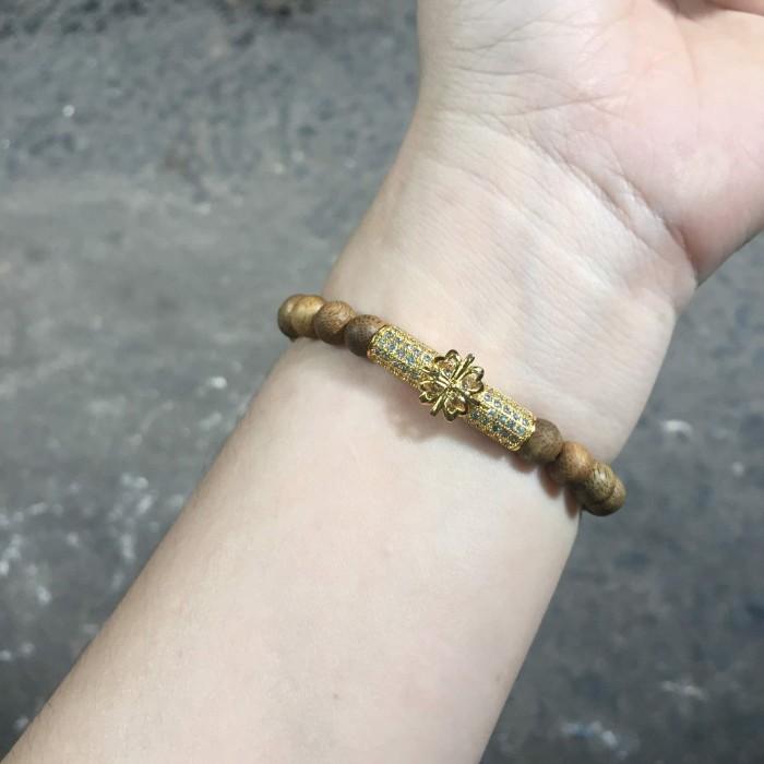 Vòng tay - vòng trầm 15 năm, cho nữ (size tay 14~15.5 cm), dạng hạt tròn: 22 hạt x 6 mm, charm trụ (mạ vàng) - 5