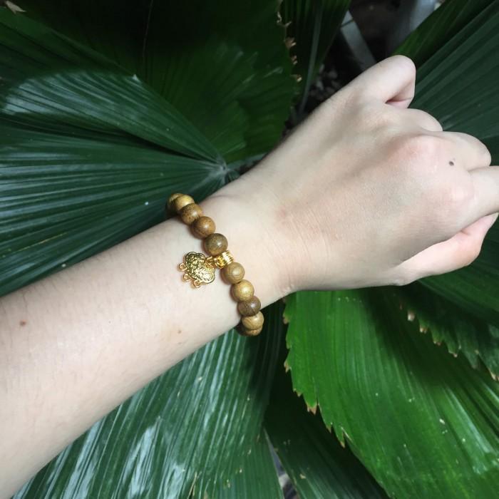 Vòng tay - vòng trầm 15 năm, cho tay nữ (14cm ~ 15,5cm), dạng hạt tròn: 21 hạt x 8 mm, charm mặt dây khánh (mạ vàng) - 3