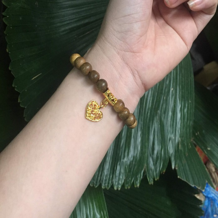 Vòng tay - Vòng trầm hương 15 năm, cho tay nữ (size tay 14~15,5 cm), dạng hạt tròn:  21 hạt x 8 mm , charm trái tim (mạ vàng) - 1