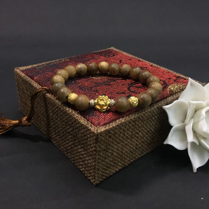 Vòng tay - Vòng trầm hương 12 năm, cho size tay nữ (size tay 14 ~ 15.5 cm), dạng hạt tròn: 18 hạt x 8 mm, charm Hoa Sen Vàng (Bạc 925) - 4