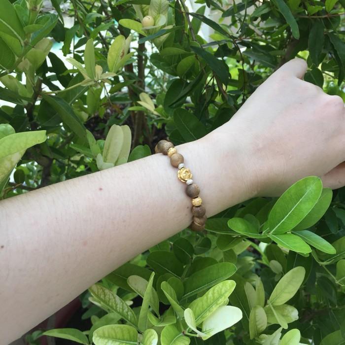 Vòng tay - Vòng trầm hương 12 năm, cho size tay nữ (size tay 14 ~ 15.5 cm), dạng hạt tròn: 18 hạt x 8 mm, charm Hoa Sen Vàng (Bạc 925) - 5
