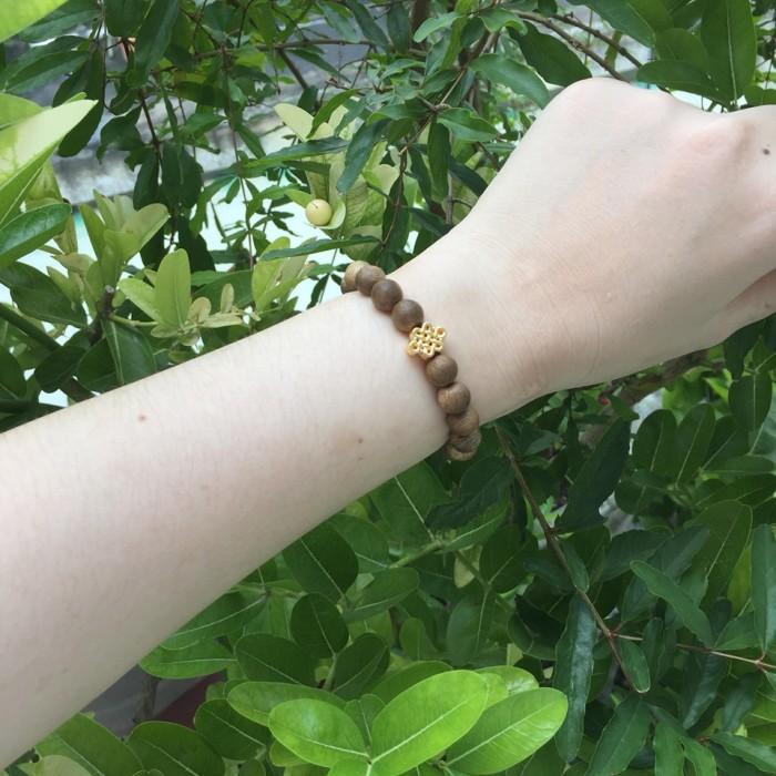 Vòng tay - Vòng trầm hương 12 năm, cho size tay nữ (size tay 14~ 15.5 cm), dạng hạt tròn: 18 hạt x 8 mm, charm Cát Tường (mạ vàng) - 3