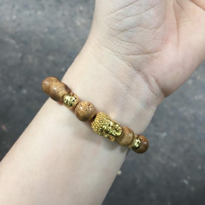 Vòng tay - Vòng trầm hương 15 năm, cho nam ( size tay 16 cm ~17.5 cm), dạng hạt tròn: 14 hạt x 14 mm, charm mặt Phật (mạ vàng) - 5