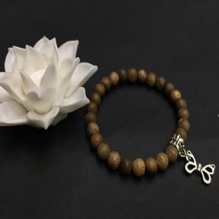 Vòng tay - vòng trầm hương 15 năm, cho size tay nữ (size tay 14~15.5 cm), dạng hạt tròn: 17 hạt x 8 mm, charm Bướm (Bạc 925) - 2