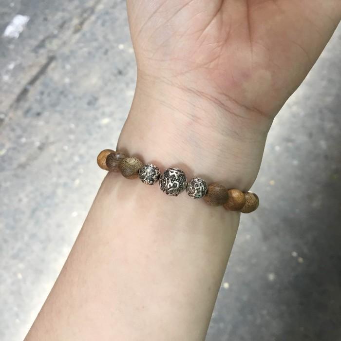 Vòng tay - vòng trầm hương 15 năm, cho nữ (size tay 14~15.5 cm), dạng hạt tròn: 17 hạt x 8 mm, charm Chữ Om (BẠC 925) - 1
