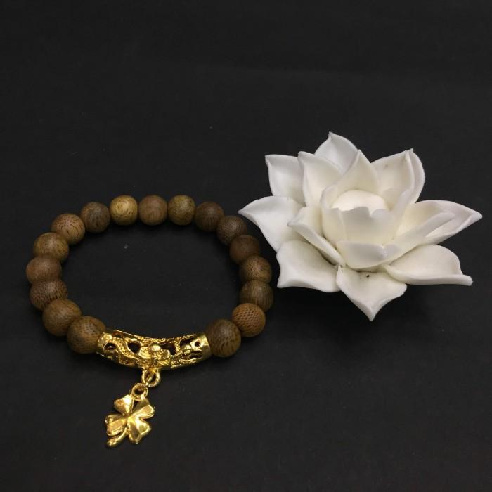 Vòng tay - vòng trầm hương 15 năm, cho tay nữ (từ 14~ 15.5 cm), dạng hạt tròn: 17 hạt x 8mm, charm Cỏ 4 Lá May Mắn (mạ vàng) - 1