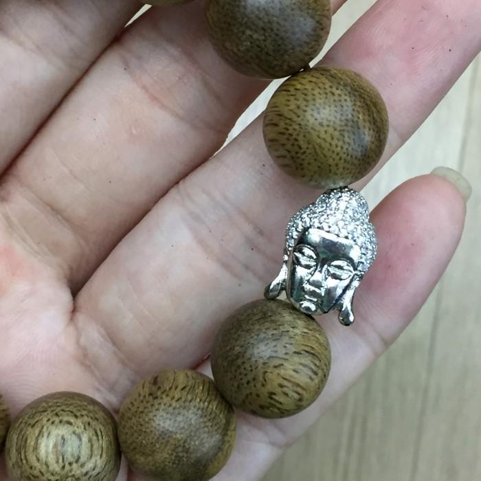 Vòng tay - Vòng trầm hương 25 năm, cho nam ( size tay 16 cm ~17.5 cm), dạng hạt tròn: 13 hạt x 14 mm, charm mặt Phật (Bạc 925) - 5